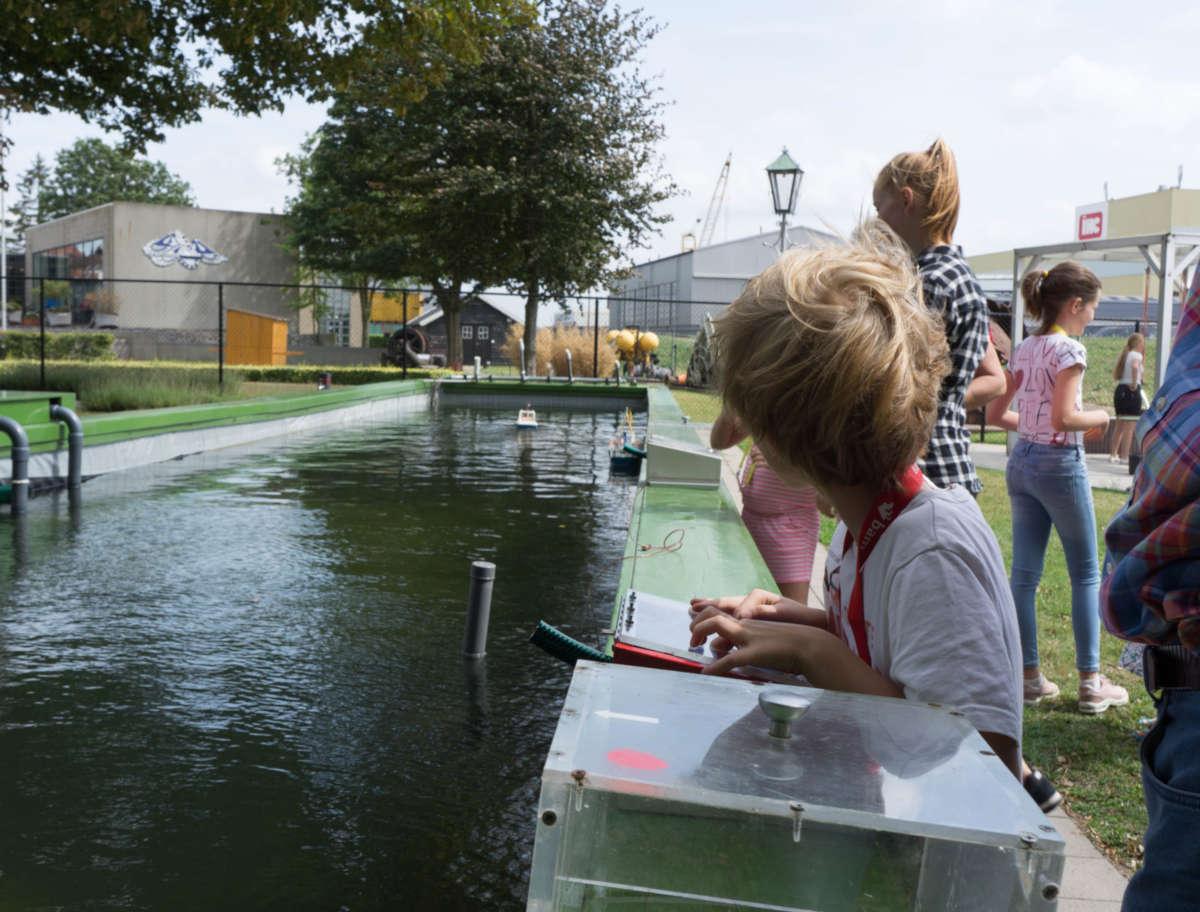 Kinderen-met-bestuurbaar-bootje-in-BPT-museum-achtergrond.jpg